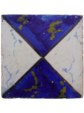 Piastrella di maiolica con motivo a clessidra blu e bianco