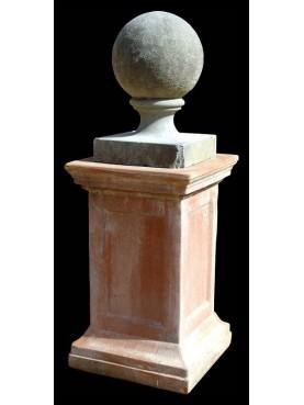 Sfera in pietra con supporto in terracotta