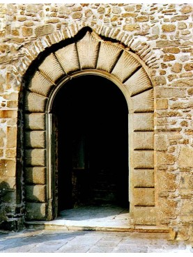 Portale Lunigianese in pietra