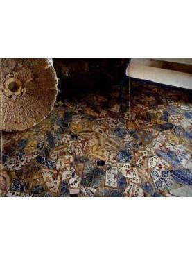 Pavimento realizzato con piastrelle maiolicate rotte
